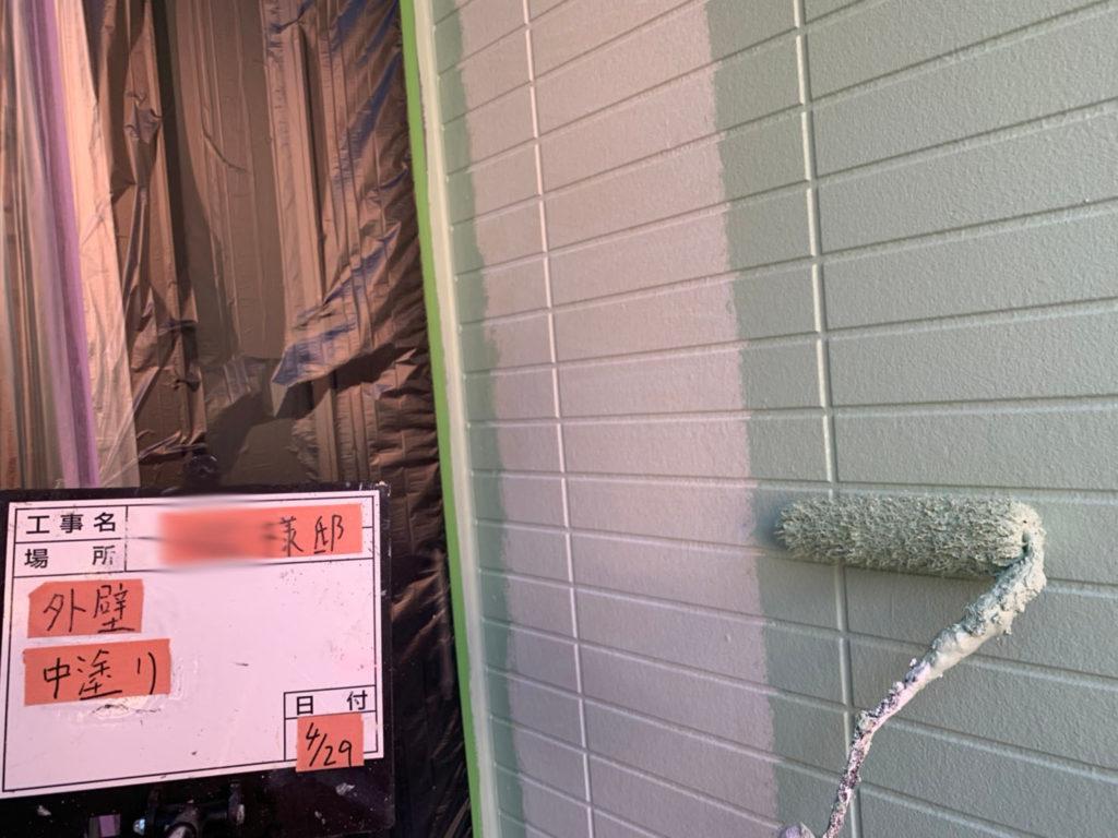 横浜市港南区の外壁塗装中塗り施工