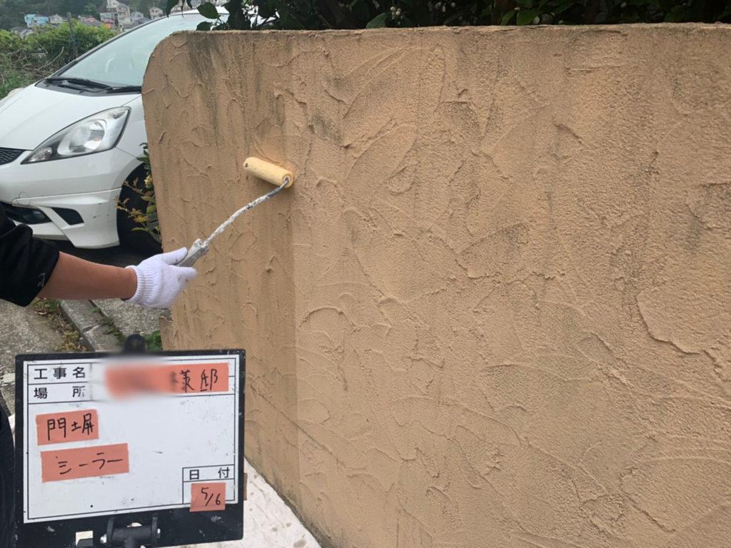 横浜市港南区の外壁塗装の門塀下塗り施工