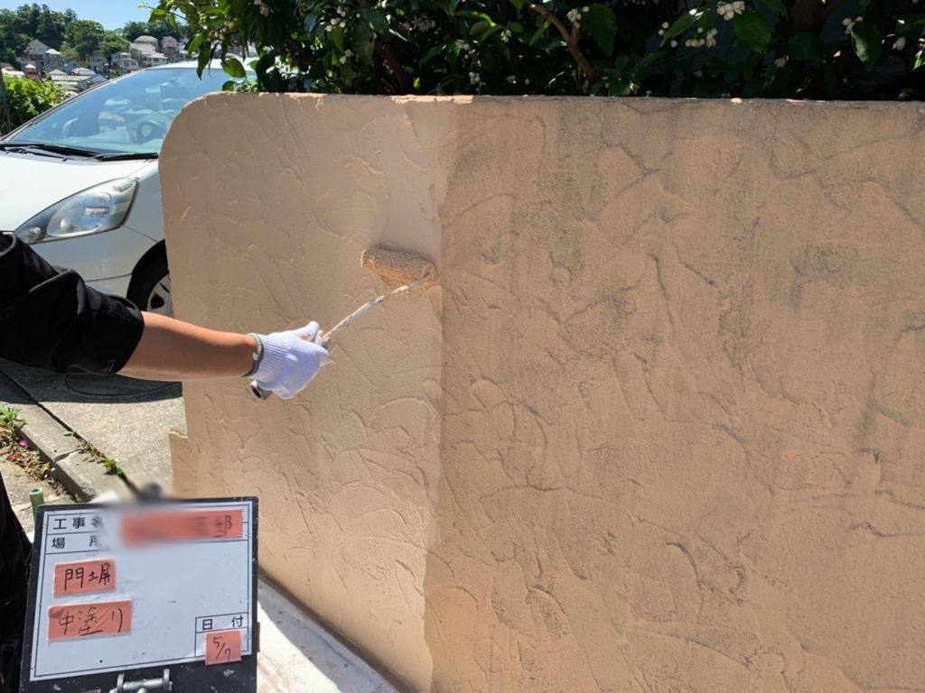 横浜市港南区の外壁塗装の門塀中塗り施工